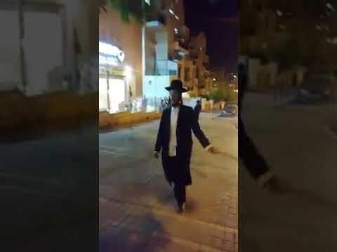 شاهد لحظة مطاردة يهودي متشدد لعدد من الفتيات في الشارع