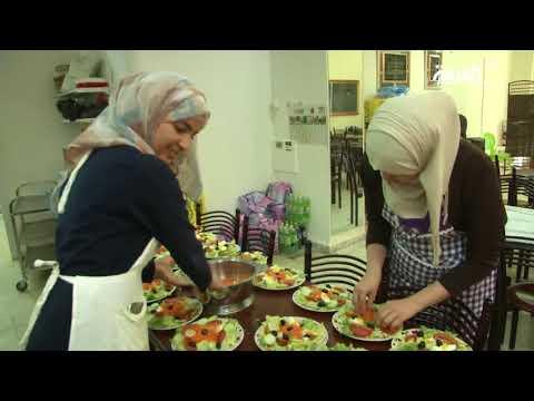 شاهدمطاعم الرحمة الجزائرية تقدّم الطعام للمحتاجين بجهود شباب متطوعين