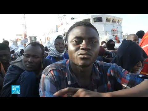 شاهدخفر السواحل الليبي ينقذ عشرات المهاجرين