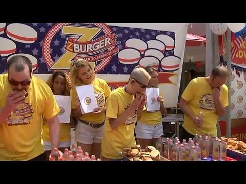 شاهد أميركية تلتهم 27 شطيرة برغر في مسابقة للأكل