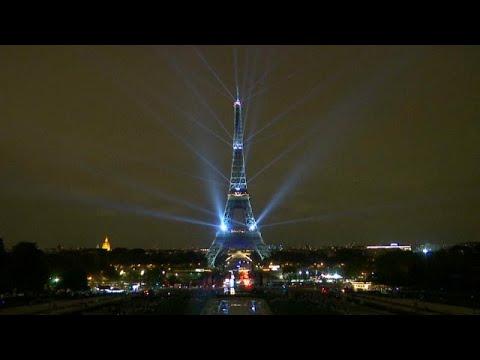 شاهد برج إيفل يضيء بالأنوار احتفالًا بموسم الثقافة اليابانية