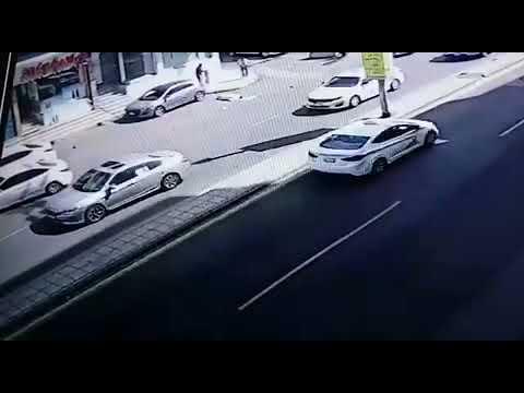 تصرف صادم لسائق صدم رجلاً وهو يحاول عبور الطريق بمكة