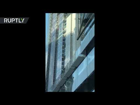 شاهد  الرجل العنكبوت  يتسلق برجًا شاهقًا في لندن