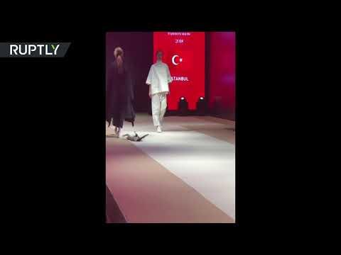 قطَّة تتحدى عارضات الأزياء في تركيا خلال أزمود الدولي