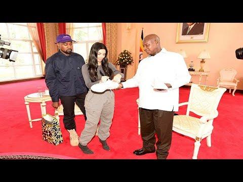كيم كارداشيان وزوجها يهديان رئيس أوغندا زوجًا من الأحذية الرياضية