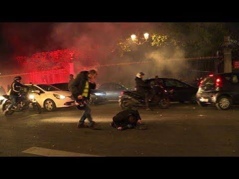 شاهد مقتل امرأة وإصابة 400 شخص خلال احتجاجات ضد رفع أسعار الوقود في فرنسا