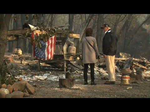 شاهد الرئيس ترامب يُبدي حزنه خلال زيارة مدينة باراديس المُدمرة جراء حريق كاليفورنيا