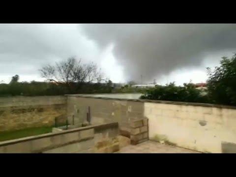 شاهد  إعصار مدمر يضرب جنوب إيطاليا