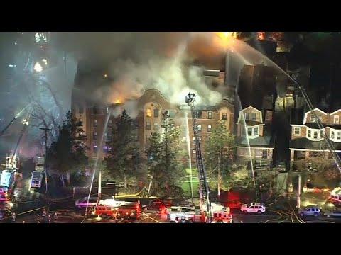 شاهد حريق ضخم داخل مبنى في ولاية فيلادلفيا