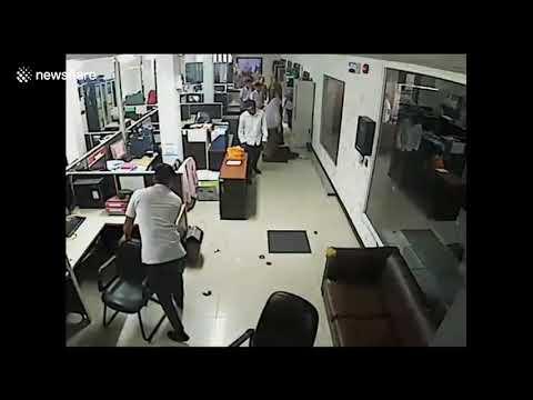 شاهدلحظة انفجار هاتف في وجه موظفة غرب إندونيسيا