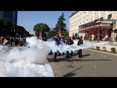 شاهد متظاهرون يكسرون طوق الشرطة الألبانية عند مبنى رئاسة الوزراء