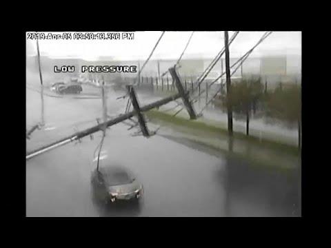 شاهد سيارة تنجو بأعجوبة من عمود إنارة سقط بفعل عاصفة في أميركا