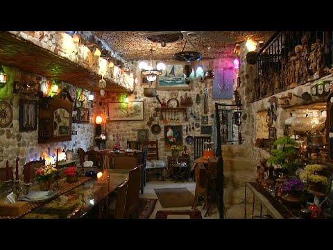 شاهد لبناني يبني منزلاً لضيافة الغرباء فيتحول إلى مَعلم سياحي