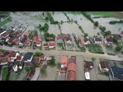 منازل وقرى البوسنة تغرق في مياه الفيضانات