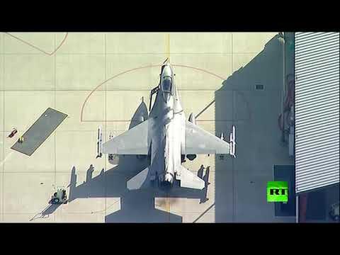 شاهد لحظة سقوط مقاتلة أميركية من طراز إف16 فوق مبنى في كاليفورنيا