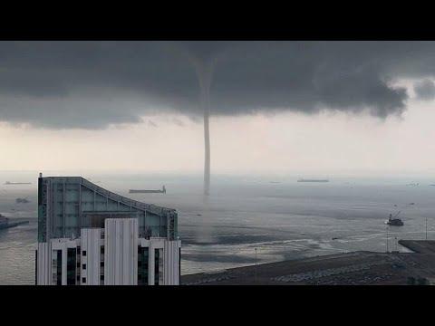 منظر مهيب لدوامة مياه وصلت للسماء على سواحل سنغافورة