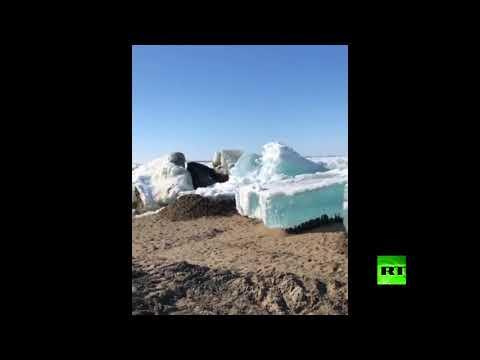 شاهد كتل جليدية تزحف نحو شواطئ نهر عملاق في سيبيريا