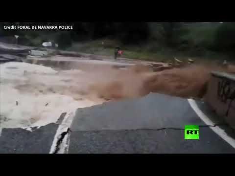 شاهد فيضانات عارمة تجرف طريقًا في قرية إسبانية