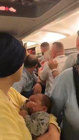 شاهد مصري يتعرَّض للضرب المبرح داخل طائرة مُتّجهة إلى بوخارست