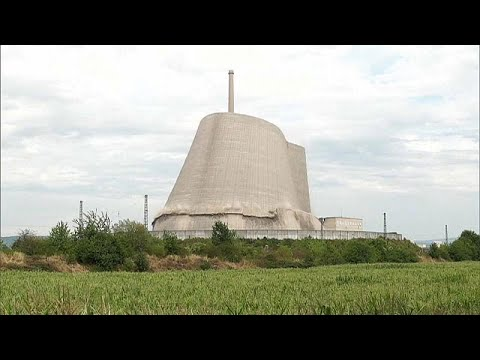 شاهد لحظة انهيار برجٍ تبريد خرساني لمفاعل نووي في ألمانيا