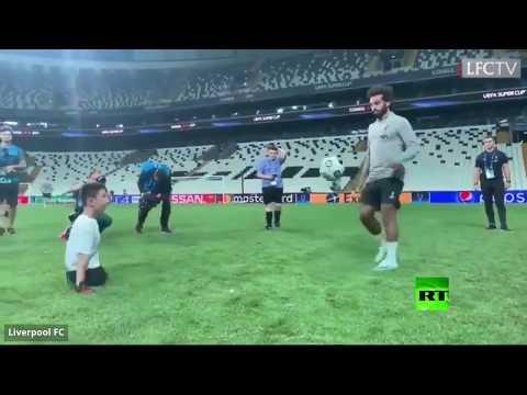 شاهد محمد صلاح يرسم الابتسامة على وجه طفل مبتور القدمين يُظهر موهبة في كرة القدم