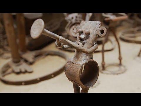 شاهد فنان سنغالي يحوِّل قطع الدراجات القديمة إلى منحوتات فنية