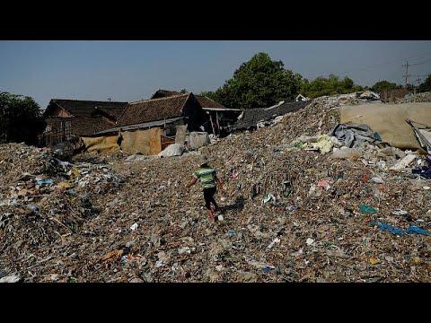 شاهد دخل خيالي لسكان قرية إندونيسية من فرز النفايات
