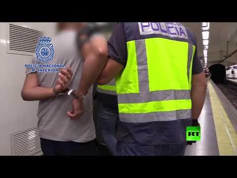 شاهد لحظة القبض على رجل يصوِّر أسفل تنانير النساء سرًا في مترو مدريد