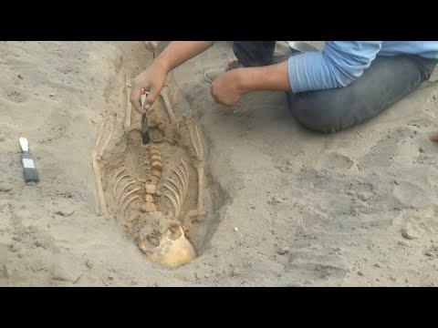 شاهد اكتشاف رفات 227 طفلًا قدموا كأضاح خلال حضارة تشيمو في البيرو