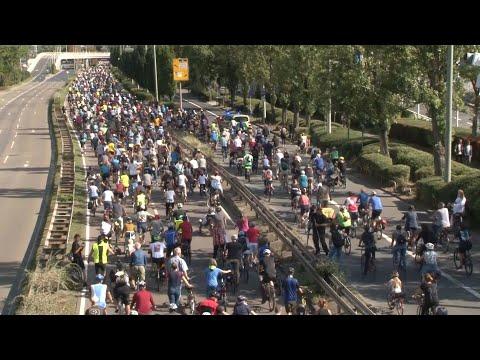 شاهد آلاف الألمان يتظاهرون على دراجات هوائية في فرانكفورت