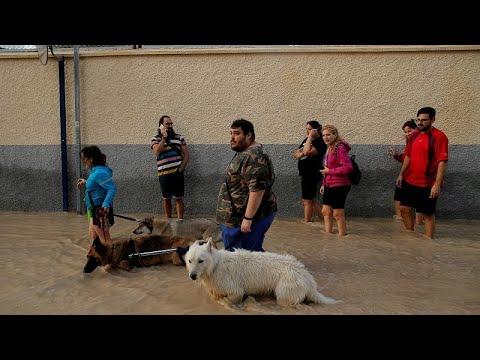 شاهد إنقاذ رضيع وحدوث أضرار مادية جراء الفيضانات جنوب شرق إسبانيا