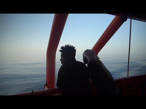 شاهد احتفال على متن سفينة خيرية أنقذت مهاجرين من الغرق