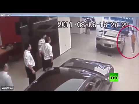 شاهد رجل أعمال يُحطم سيارة فيراري للفت انتباه صاحب المعرض
