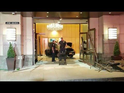 شاهد سيارة تخترق بهو فندق دونالد ترامب بلازا في نيويورك