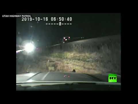 شاهد رجل شرطة ينقذ سائق سيارة عالقة في سكة حديدية