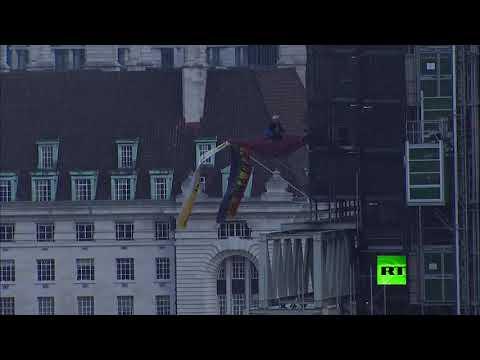 شاهد متظاهر في هيئة جونسون يتسلق مبنى مجاورا لـ بيغ بين
