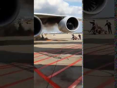 شاهد اندلاع النيران في محرك طائرة متجهة من سيول إلى لوس أنجلوس
