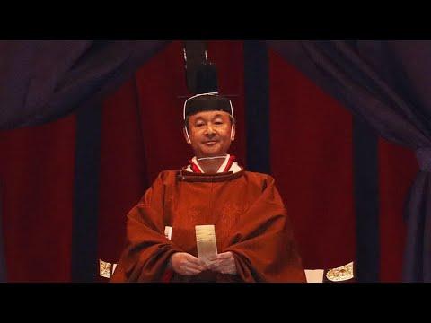 شاهد إمبراطور اليابان الجديد يعتلي العرش في حفل تنصيب رسمي