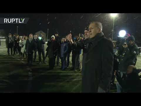 شاهد وزير الخارجية الروسي ينفّذ ركلة البداية في مباراة كرة القدم