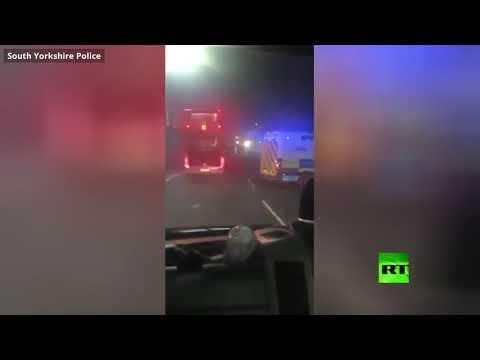 شاهد مشاغبون يستهدفون الشرطة بالألعاب النارية