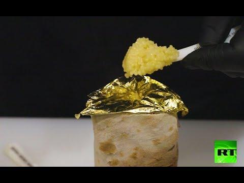 شاهد  شطيرة شاورما بالدجاج يتم تزيينها بورقة من الذهب