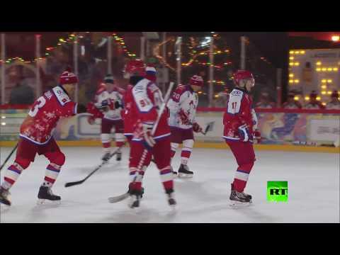 شاهد الرئيس فلاديمير بوتين يلعب بهوكي الجليد في الساحة الحمراء