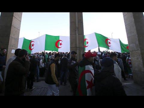 شاهد الجزائريون يتظاهرون للمطالبة بدولة حرة وديمقراطية