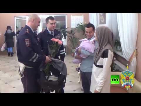 شاهد شرطة مرور موسكو تسعف امرأة حامل إلى دار التوليد