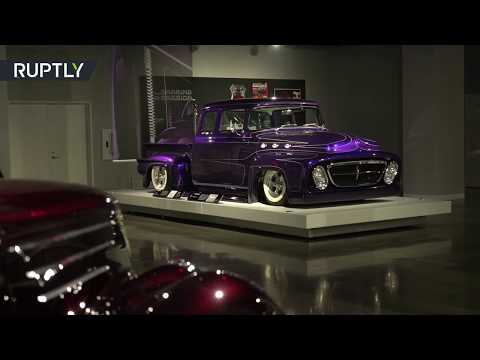 قائد فرقة ميتاليكا الموسيقية يعرض مجموعة سياراته القديمة
