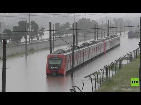 شاهد الفيضانات تغرق قطارًا في البرازيل وتتسبب في اختناقات مرورية هائلة