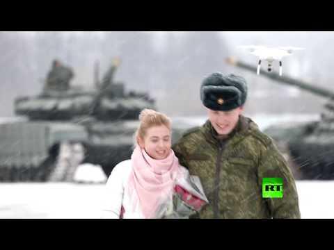 شاهد ملازم روسي يطلب يد حبيبته مدعومًا بفصيل من الدبابات