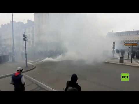 شاهد الشرطة الفرنسية تفرّق السترات الصفراء بالغاز