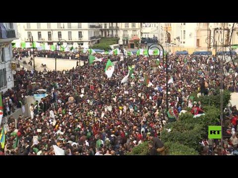 شاهد خروج آلاف المواطنين في الجزائر احتفالًا بمرور عام على المظاهرات