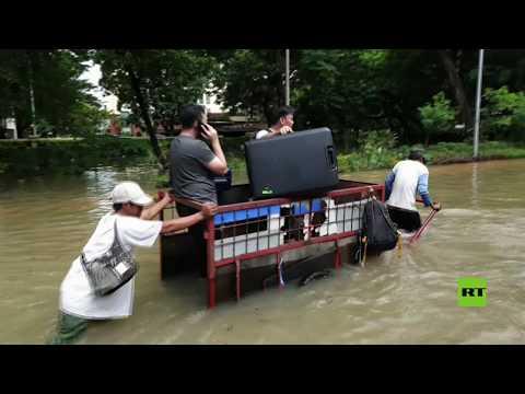 شاهد فيضانات تجتاح عاصمة إندونيسيا